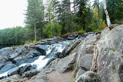 瀑布在森林,卡累利阿, ruskeala里 免版税库存图片