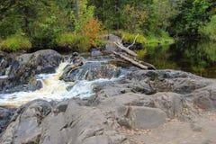 瀑布在森林,卡累利阿, ruskeala里 免版税库存照片