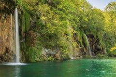 瀑布在森林, Plitvice国家公园,克罗地亚,欧洲里 免版税库存图片