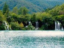 瀑布在湖 免版税库存图片
