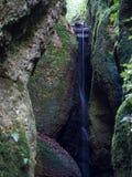 瀑布在瓦尔特堡附近的龙峡谷结束时在德国 免版税库存图片
