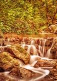 瀑布在秋天公园 库存照片