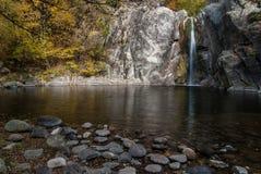 瀑布在秋天 库存图片