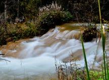瀑布在秋天 库存照片