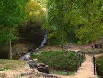 瀑布在野餐公园 免版税库存照片