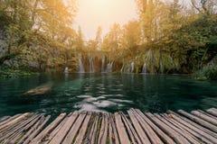 瀑布在阳光的国家公园 克罗地亚plitvice 免版税库存照片