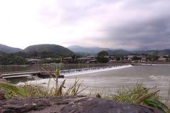 瀑布在阴暗天在农村日本 图库摄影