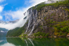 瀑布在Geiranger海湾挪威 免版税库存照片