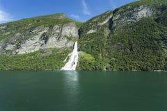 瀑布在Geiranger海湾 库存照片