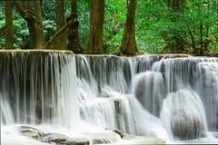 瀑布在Huay的Maekhamin热带深森林里 免版税图库摄影