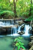 瀑布在Huay Mae钾极小的国家公园的深森林里 库存照片
