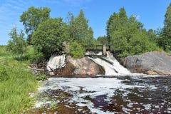瀑布在Koirinjoki河的上部Koirinoja在卡累利阿 免版税库存照片