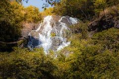 瀑布在Salika瀑布国家公园的秋天森林里在泰国 库存图片