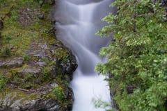 瀑布在St Marys湖附近的冰川国家公园 免版税库存图片