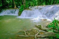 瀑布在Thailand& x27; s Kroeng Krawia瀑布公园 北碧地区 库存照片