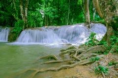 瀑布在Thailand& x27; s Kroeng Krawia瀑布公园 北碧地区 库存图片