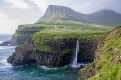 瀑布坐在一个微镇的边缘在冷的北极 库存照片