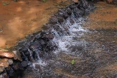 瀑布流动的水  免版税库存照片