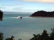 瀑布港口,昆士兰,澳大利亚3月30日2018年:回归的一个商业驳船输入的瀑布港口从t的哈密尔顿岛 免版税库存图片