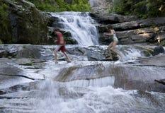 瀑布瀑布晃动孩子 免版税库存图片