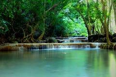 瀑布爱侣湾瀑布在美丽的森林里 免版税库存照片