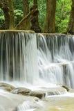 瀑布特写镜头在Huay的Meakhamin热带深森林里 库存图片