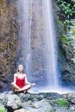 瀑布瑜伽 库存图片