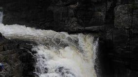 瀑布用落从峭壁的水 落从峭壁的水 3个hdr图象山全景河垂直 山瀑布 峡谷Sainte 股票录像