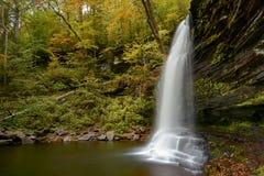 瀑布的侧视图 免版税库存图片