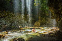 瀑布的女孩在Panta Vrexei附近在Evritania,希腊 免版税库存照片