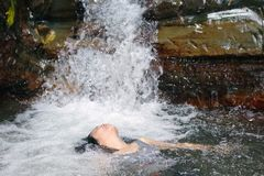 瀑布的妇女 免版税图库摄影