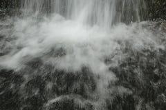 瀑布的底部 免版税库存图片