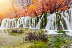 瀑布的秋天视图用在日出时间的纯净的水 免版税库存照片