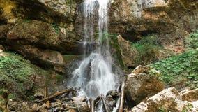 瀑布的鸟瞰图全景在夏天森林水中从峭壁下跌 风景无旅行录影 股票录像