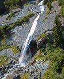 瀑布的鸟瞰图在Val di梅洛,花岗岩山和林木围拢的绿色山谷 Val Masino 意大利 免版税图库摄影