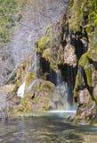 瀑布看法在河` s出生的地方的底部的 库存照片