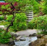 瀑布石日本庭院特写镜头背景 免版税库存图片
