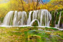 瀑布秋天视图用纯净的水 免版税库存照片