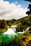 瀑布级联与鲜绿色池塘, Krka国家公园,阴级射线示波器的 免版税库存照片