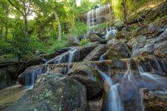 瀑布美丽在雨林里在Soo Da洞Roi和Thailan 免版税库存照片