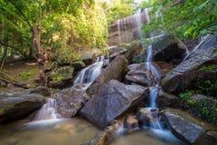 瀑布美丽在雨林里在Soo Da洞Roi和Thailan 免版税库存图片