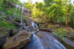 瀑布美丽在雨林里在Soo Da洞Roi和Thailan 图库摄影