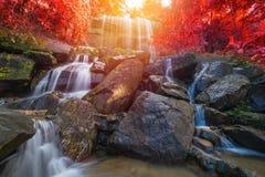 瀑布美丽在雨林里在Soo Da洞Roi和Thailan 库存照片