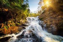 瀑布美丽的景色  太阳通过树是光亮的 免版税库存照片