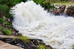 瀑布行动迷离从水坝溢出的在雨季, N的 库存照片