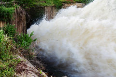 瀑布行动迷离从水坝溢出的在雨季, N的 库存图片