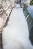 瀑布行动迷离从水坝溢出的  免版税库存图片