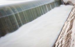 瀑布行动迷离从水坝溢出的  图库摄影