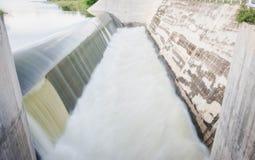 瀑布行动迷离从水坝溢出的  库存图片
