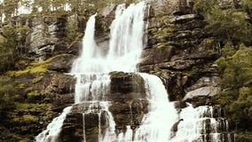 瀑布谷,挪威 瀑布Tvindefossen是最大,并且挪威的最高的瀑布,它的高度是152 m 著名 股票录像